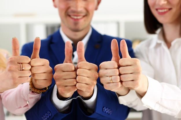 Группа людей показывает ок или одобрение с большим пальцем вверх