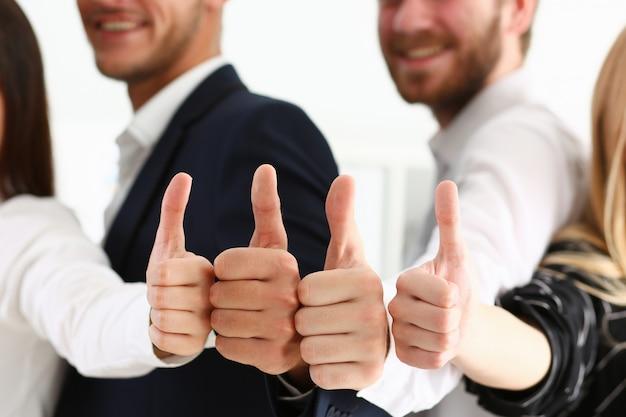 Группа людей показывает ок или подтверждает пальцем вверх