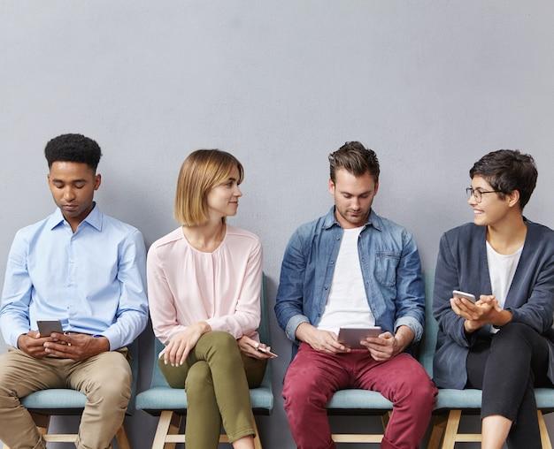 待合室に座っている人々のグループ