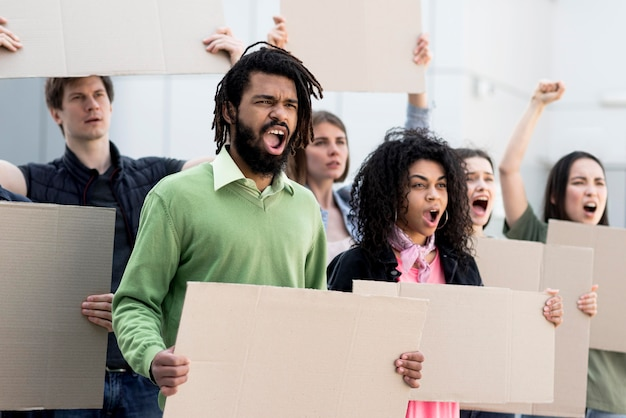 一緒に立って抗議する人々のグループ