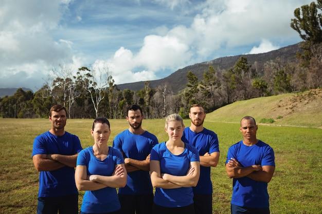 ブートキャンプのトレーニング中に腕を組んで立っている人々のグループ