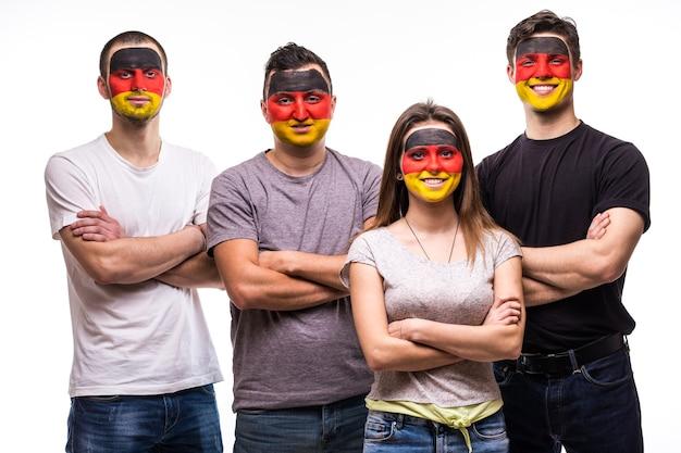 白で隔離された塗装された旗の顔を持つドイツ代表チームの人々の支持者のファンのグループ。ファンの感情。