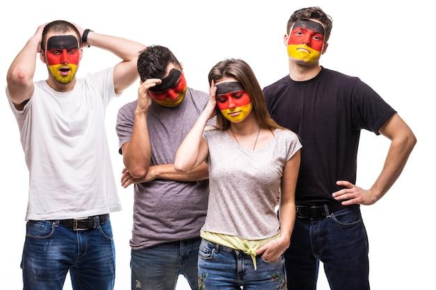 旗が描かれたドイツ代表チームのファンを支持する人々のグループは、悲しい欲求不満の感情に直面しています。ファンの感情。