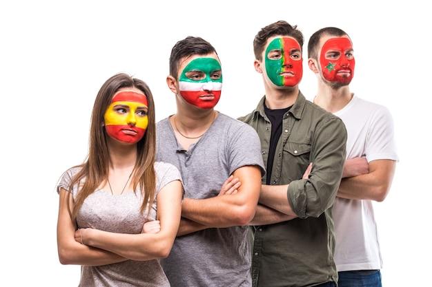 Группа людей сторонников болельщиков национальных сборных с раскрашенным лицом флага португалии, испании, марокко, ирана. поклонники эмоций.
