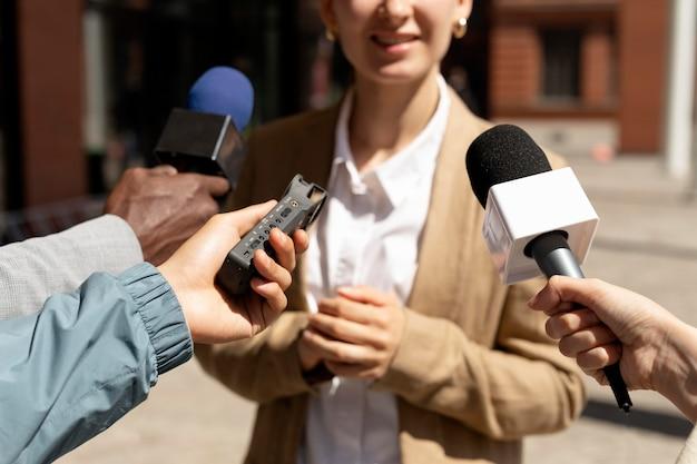 Группа людей, берущих интервью для новостей