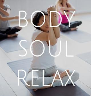 心と体の安らぎのためにヨガのクラスでトレーニングしている人々のグループ
