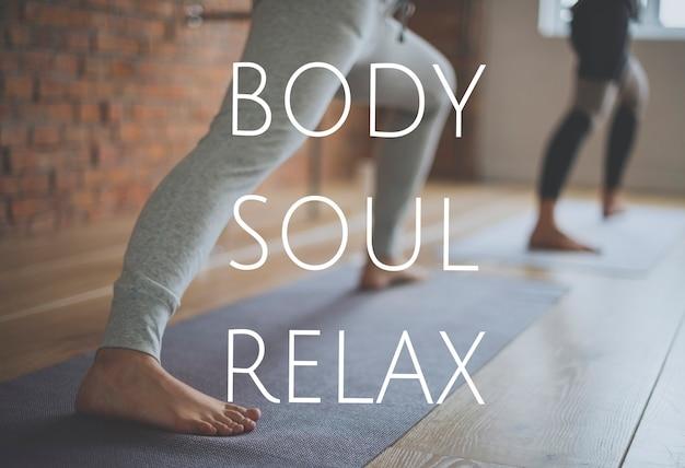 몸의 영혼과 마음의 안정을 위해 요가 수업에서 훈련하는 사람들의 그룹