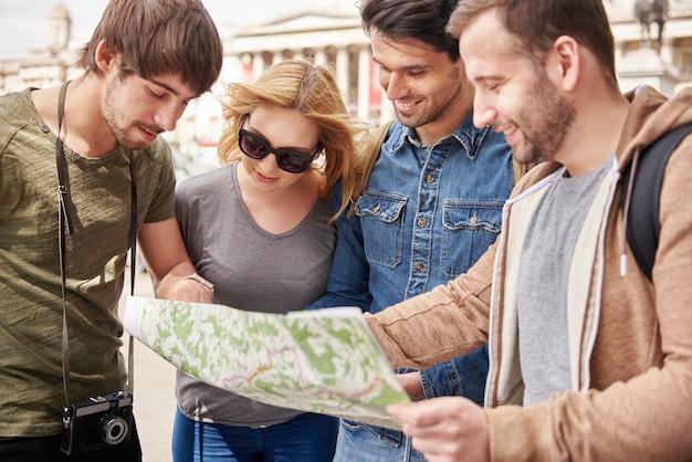 正しい方向を見つけようとしている人々のグループ