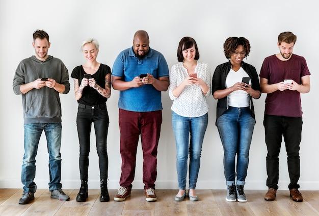 Группа людей, использующих мобильный телефон