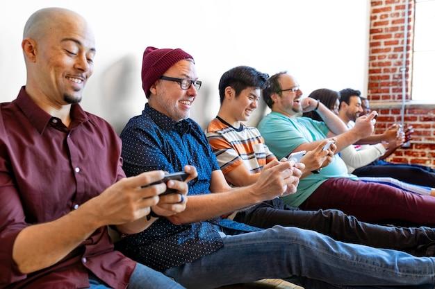 휴대 전화를 사용하는 사람들의 그룹