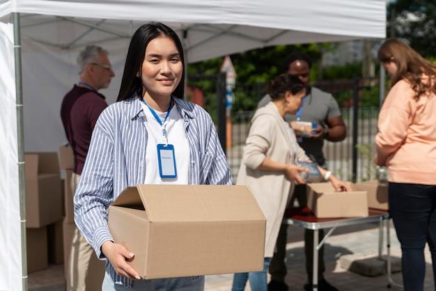 貧しい人々のためのフードバンクでボランティアをしている人々のグループ