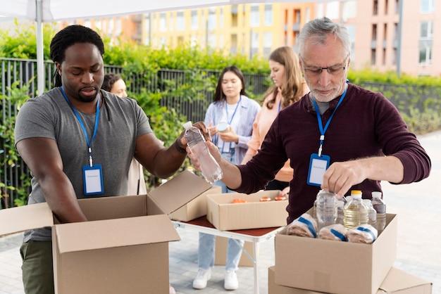 フードバンクでボランティアをしている人々のグループ