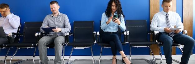 社会的距離の推奨コンセプトに従って並んで待っている人々のグループ。新しいマルチレベルの仕事