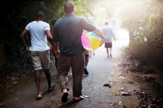 リアビューでビーチに歩いている人々のグループ