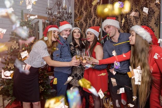 新年を祝うシャンパンを持つ人々のグループ
