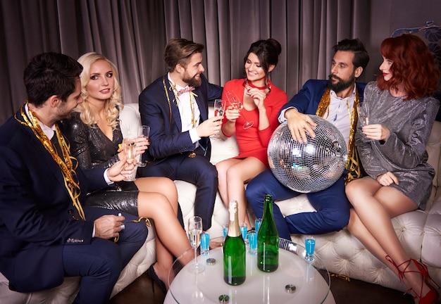 パーティーでシャンパンを楽しんでいる人々のグループ