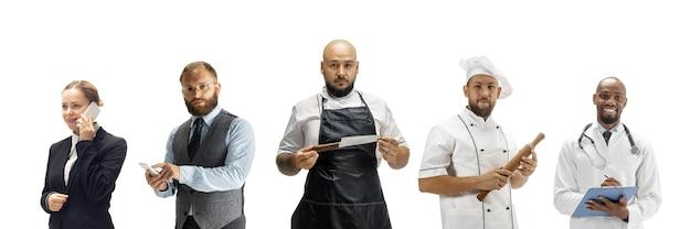 白いスタジオの背景、水平に分離されたさまざまな職業を持つ人々のグループ。会計士、肉屋、料理人、実業家のような多様な職業の現代の労働者、男性と女性のモデル。