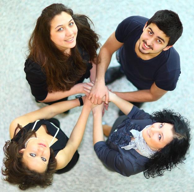 팀워크를 함께 보여주는 손 가진 사람들의 그룹