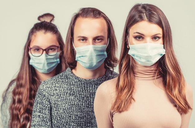 Группа людей в защитных масках. толпа людей в медицинских масках. концепция эпидемии коронавируса. группа людей в защитной медицинской маске для защиты от вирусной болезни