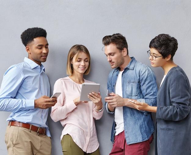 Группа людей со смартфонами и планшетами