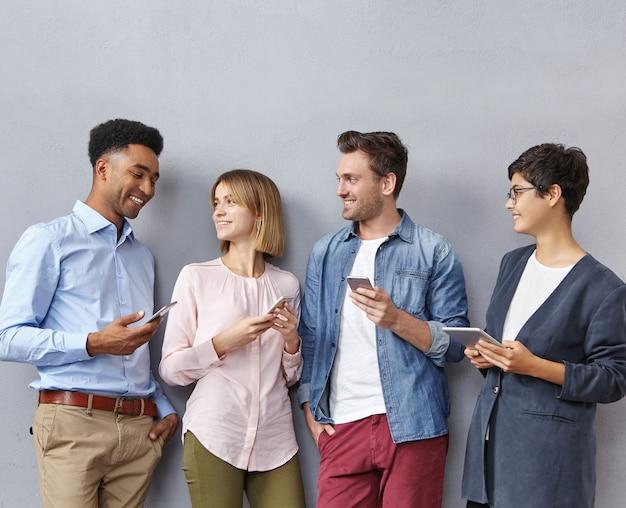 スマートフォンやタブレットを持つ人々のグループ