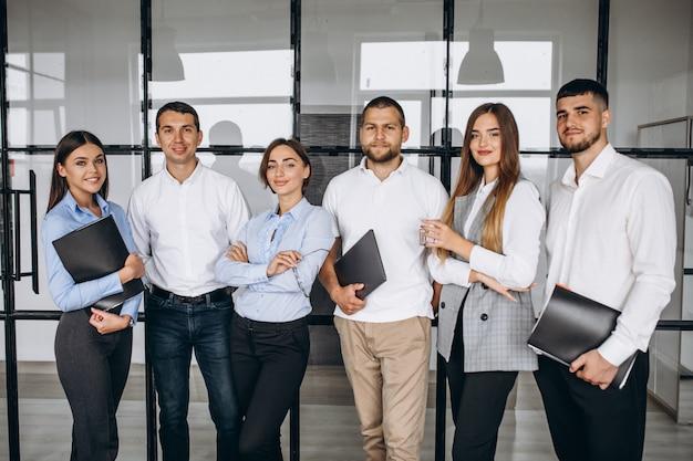 Группа людей разрабатывает бизнес-план в офисе