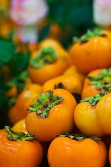 Группа фруктов хурмы фон на овощном рынке