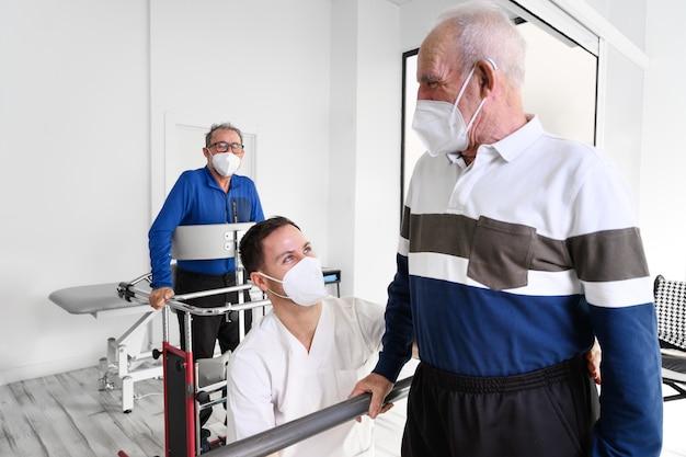 재활 센터에서 일하는 물리 치료사 그룹, 환자를 돕습니다.