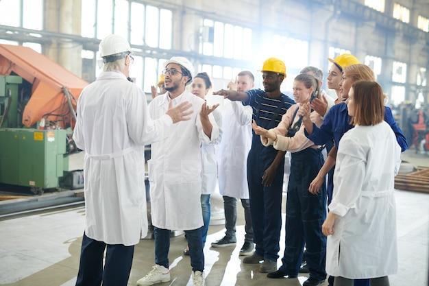 파업에 공장 노동자의 그룹