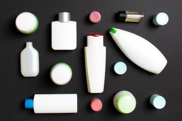 プラスチック製のボディケアボトルのグループ色付きの背景に化粧品を含むフラットレイ組成物
