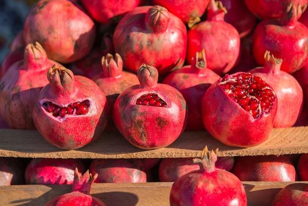 ザクロのグループ。ザクロのクローズアップフルーツの背景