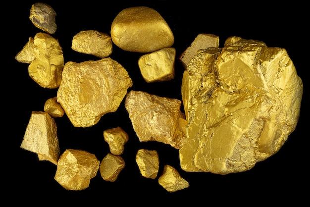 黒の背景に貴重な金塊のグループ