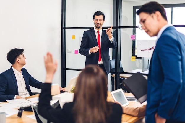 プロのアジアビジネス会議と議論のグループ