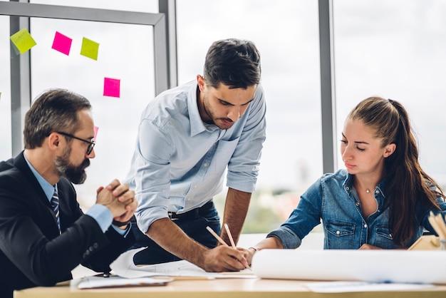 Группа профессиональных деловых встреч и обсуждения стратегии с новым стартап-проектом