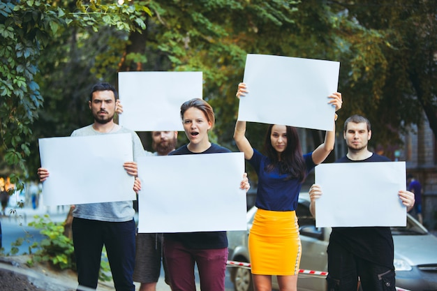 屋外で抗議する若者のグループ抗議する人々のデモ民主主義の戦い