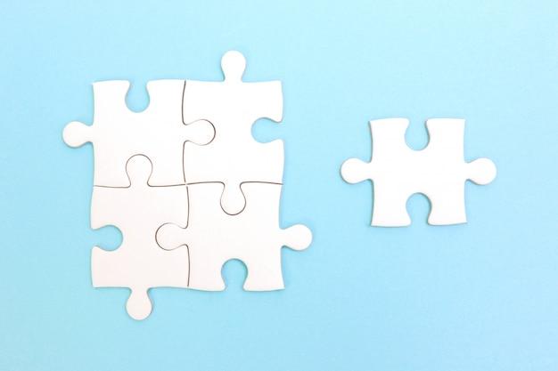 퍼즐 및 퍼즐 조각 그룹입니다. 팀워크 개념. 차이 개념을 생각하십시오. 리더십 개념.