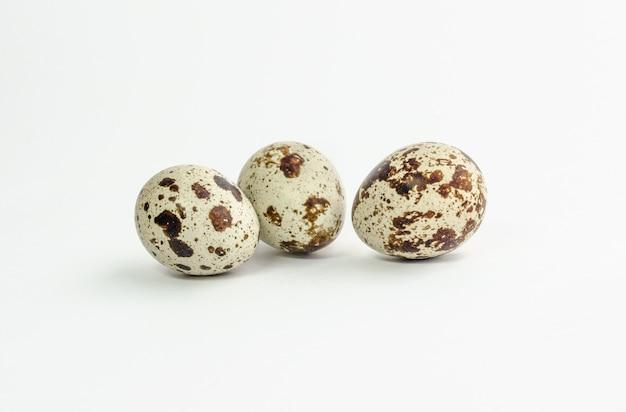 Группа перепелиных яиц, изолированные на белом фоне