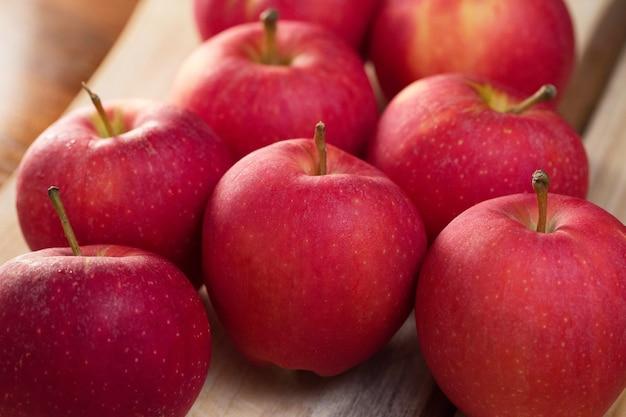 新鮮な赤いリンゴのグループ