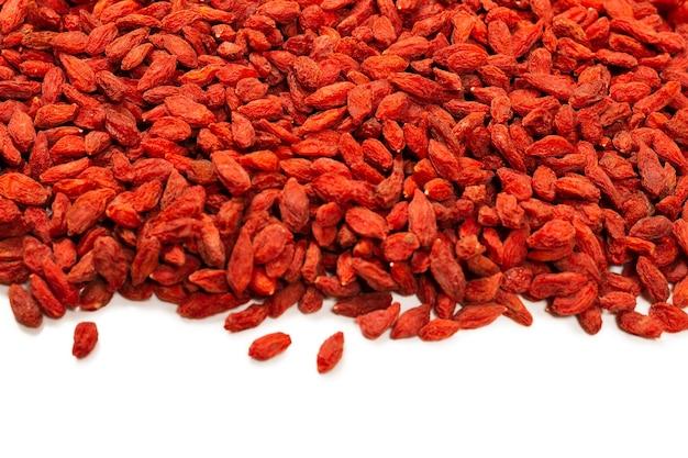 Группа красных ягод годжи, изолированные на белом фоне. Premium Фотографии