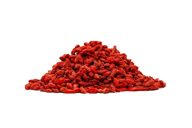 흰 배경에 고립 된 빨간 열매 goji의 그룹입니다.