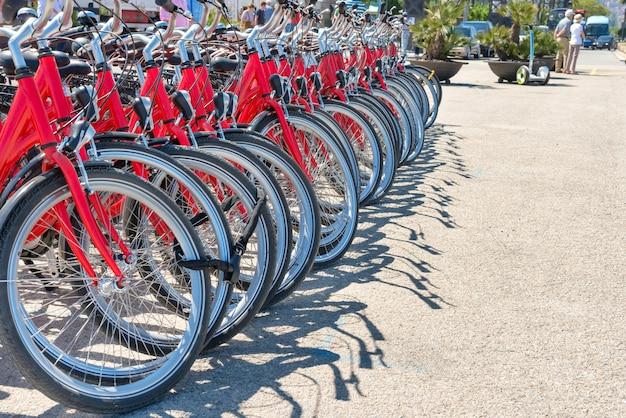 路上駐車の赤い都市自転車のグループ