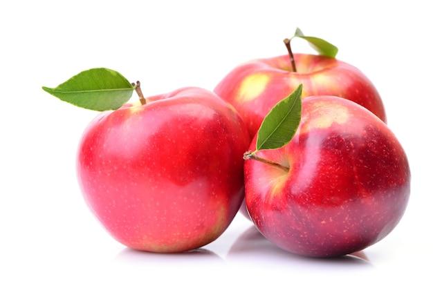 Группа красных спелых яблок крупным планом
