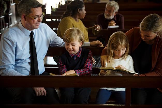 교회에서 종교적인 사람들의 그룹