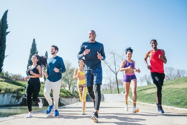 公園でトレーニングしているランナーのグループ。正面図。