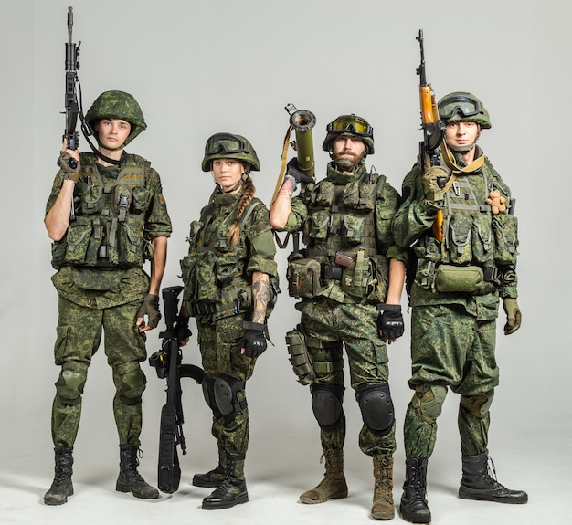 Группа русских солдат на белом