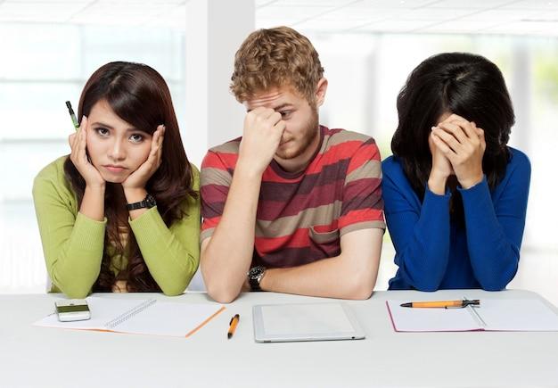 悲しい若い学生のグループ