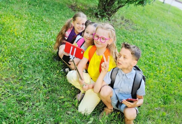 草の上に座っている小学生のグループ