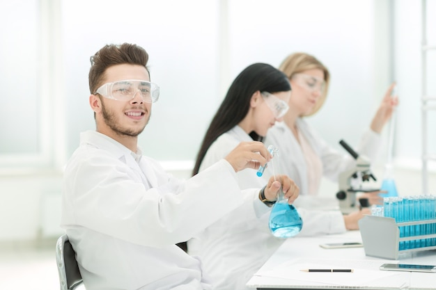 科学者のグループが研究室で研究を行っています