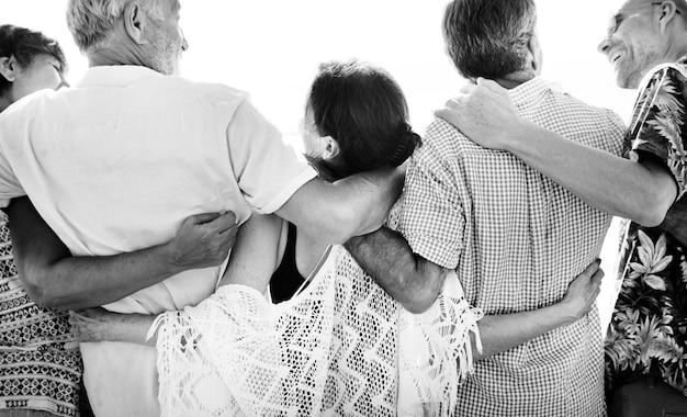 ビーチでの高齢者のグループ