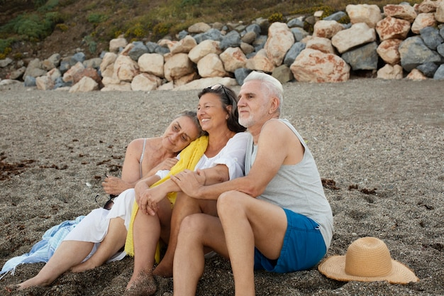 Группа старших друзей, проводящих время вместе на пляже